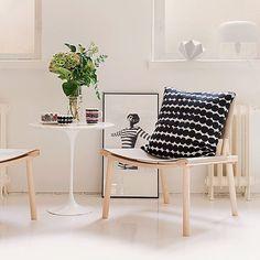 Have a nice week friends! Here's the Räsymatto cushion cover and Oiva tableware by Marimekko. The chairs are December XL by Nikari. #marimekko #siirtolapuutarha #räsymatto #maijalouekari #samiruotsalainen #nikari #jaspermorrison #watarukumano #homedecor #finnishdesignshop