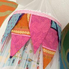 Kostenlose DIY Anleitung für einen Betthimmel wie aus Tausendundeiner Nacht, mit der ihr aus einem einfachen Moskitonetz einen Mädchentraum zaubert