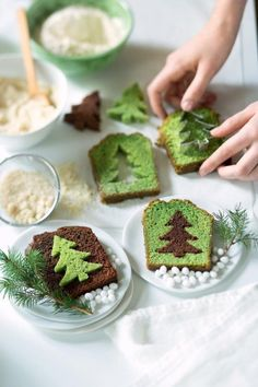 Chocolate surprise cakes - pistachio in the shape of fir trees for Christmas - Cake Recipes Christmas Snacks, Xmas Food, Christmas Cooking, Christmas Goodies, Christmas Cakes, Christmas Ideas, Simple Christmas, Christmas Tree, Christmas Gifts