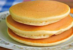 V niektorých krajinách sa za tradičné palacinky považujú tzv. pancakes. Sú trochu nadýchanejšie, pripomínať by vám mohli väčšie dolky. Ja osobne sa musím priznať, že ich obľubujem trochu viac, ale je to len otázka mojej lenivosti. Pancakes sa pripravujú jednoduchšie, jednoduchšie sa prevracajú a ani pri nich nemusíte dlho stáť. To všetko sú výhody, ktoré