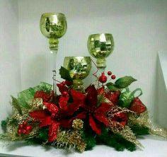 Want to copy this idea. Christmas Flower Arrangements, Christmas Flowers, Christmas Centerpieces, Christmas Holidays, Christmas Mantels, Christmas Wreaths, Christmas Projects, Holiday Crafts, Natal Natural