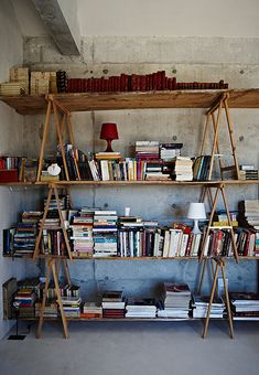 My friend Graça's home was featured in Ikea Family Live magazine. I love her impromptu bookshelf.