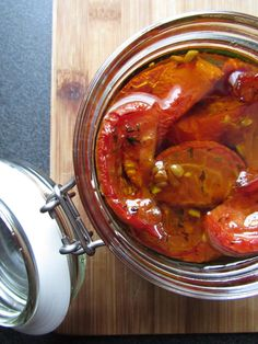 Découvrez la recette Tomates confites sur cuisineactuelle.fr. Veggie Recipes, Asian Recipes, Vegetarian Recipes, Healthy Recipes, Canning Food Preservation, Tomato And Cheese, Canning Recipes, Chutney, Fruits And Veggies