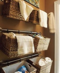 クローゼットや押し入れなどの収納スペースが無いお部屋、または収納スペースが狭いお部屋の、上手な収納方法を紹介します。 収納方法として一般的な棚収納やたんす収納は今回は外し、見た目もおしゃれで機能的な収納場所の作り方を紹介します。 <キューブ収納の驚きの使い方> 機能的で便利、低コストなキューブ収納、高さや形も様々で、天井までの高さのものなら、かなりの収納力を持っている優れものです。 壁ぎわで使うのはもちろん、ワンルームの空間を分ける仕切りとして使えば、収納としての機能も果たしてとても便利です。 高さのあるものを選ぶとお部屋が狭くなってしまいますが、ソファーと同じくらいの高さのキューブ収納を仕切りとして使えば、棚の中には収納、上には飾り棚として使えて便利です。 収納ベンチとして使われているのも、キューブ収納なのです! 横置きにして使えば、下は収納として、上はベンチとして活用できます。 マットや...