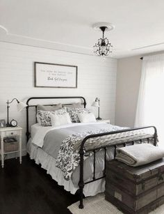 Modern farmhouse style combines the standard with the new makes any kind of space incredibly comfortable. Discover ideal rustic farmhouse bedroom design ideas and design pointers. See the best designs! Cozy Bedroom, Home Decor Bedroom, Bedroom Furniture, Diy Home Decor, Bedroom Ideas, Bedroom Designs, White Bedroom, Furniture Design, Bedroom Bed