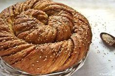 Την πρώτη φορά που είδα στριφτά τσουρέκια με ταχίνι ήταν στη βιτρίνα ενός φούρνου στο Beşiktaş, στην Κωνσταντινούπολη. Πρόσθεσα πετιμέζι και καρύδια. Greek Sweets, Greek Desserts, Greek Recipes, Chocolate Sweets, Bread Cake, Easter Treats, Apple Pie, Sweet Tooth, Food And Drink