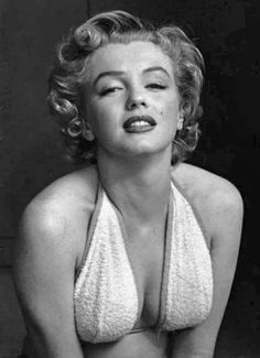 Marilyn Monroe was an iconic American actress, model, and singer, who to this day is still a major sex symbol! Joe Dimaggio, Robert Doisneau, Brigitte Bardot, Classic Hollywood, Old Hollywood, Les Innocents, Viejo Hollywood, Philippe Halsman, Portrait Studio