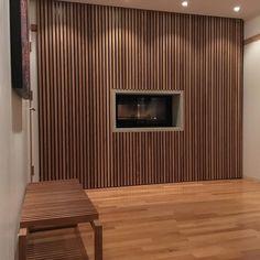 Hidden doors for cabinets on each side of the fireplace #oak #spiler #spilevegg #heltre #wood #hamran #kjøkken #kjøkken_inspo #kjøkkeninspo #interiors #kitchen #kök #interiors  #interiordesign #scandinavianinterior #norwegianbrand #scandinaviandesign #abitohjem #bobedre #botrend #maisoninterior #boligplussminstil #interior123 #skandinaviskehjem #nordichomes #mynordicroom #roomforinspo #interior_and_living #interiorwarrior #unikehjem