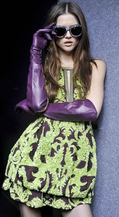 Green and purple fashion / purple gloves Plum Purple, Shades Of Purple, Green And Purple, Lavender Green, Glamour, All Things Purple, Purple Leather, Color Combos, Purple