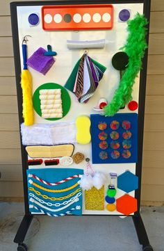 Here's how to set up Montessori sensory walls inside the house: a sensory wall, literally, that looks like a play area aimed at discovering the senses that actively involves children Diy Sensory Board, Sensory Therapy, Sensory Wall, Sensory Rooms, Baby Sensory, Sensory Bins, Sensory Activities, Infant Activities, Activities For Kids