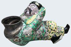 Lave pinceau représentant le poète Li Bai en porcelaine de Chine. XVIIIe/XIXe siècle. Peint dans les émaux de la famille verte et représentant le poète ivre Li Bai, habillé de robes jaune et verte, se reposant sur une jar de vin. Porcelaine. Chine. Qing.