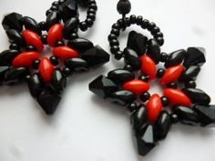 Etsy の Red and Black SuperDuo Star Earrings by WescottJewelry