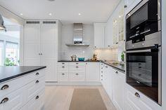 Kök med vita luckor från Ballingslöv, snyggt vitt kakel ovan rejäla arbetsbänken. Fönster vid arbetsytan ger ett fint ljus till köket. Spots och infällda högtalare i tak. Spis med induktionshäll, fläkt, ugn och micro i bekväm arbetshöjd. Integrerad kyl och frys. Samtliga maskiner i rostfritt. Kitchen Cabinets, Design, Home Decor, Ideas, Decoration Home, Room Decor, Cabinets, Home Interior Design