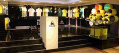 """Para comemorar o centenário da """"Tour de France"""", a Le Coq Sportif  abriu um shop-in-shop na Harrods, em Londres. Design by Checkland Kindleysides"""