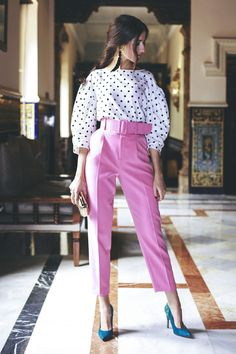 Comment porter le pantalon rose – Sleepy Kate How to wear pink pants in style? Pink pants with polka dot patterns Classy Outfits, Chic Outfits, Spring Outfits, Fashion Outfits, Womens Fashion, Fashion Trends, Pink Blazer Outfits, Pink Shoes Outfit, Teal Shoes