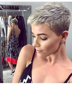 Kort haar is zo leuk! Bekijk hier 10 piekfijne korte looks voor kort haar! Super Short Hair, Short Grey Hair, Short Hair Cuts For Women, Short Pixie Haircuts, Pixie Hairstyles, Cool Hairstyles, Haircut Short, Short Pixie Cuts, Girls Pixie Haircut