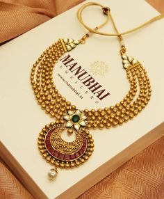 best ideas for jewerly organizer hanging necklace storage Gold Jewellery Design, Gold Jewelry, Jewellery Earrings, India Jewelry, Handmade Jewellery, Gold Bangles, Indian Gold Jewellery, Tanishq Jewellery, Jewlery
