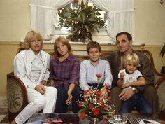 Charles Aznavour en famille avec Ulla et ses enfants Katia, Mischa et Nicolas en 1982 Tour Eiffel, Singer, Tours, History, Couple Photos, Couples, Music, People, Images