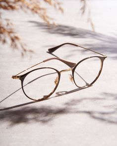 Ray Ban - Nos marques Ray Ban Glasses, Mens Glasses, Lv Handbags, Louis Vuitton Handbags, Ray Ban Optical, Lunette Ray Ban, Lunette Style, Eyeglass Frames For Men, Toms Shoes Outlet
