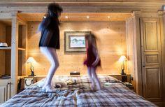 Hôtel Chalet Royalp and Spa. Les 63 chambres & suites ainsi que les 30 appartements vous invitent à la détente en famille ou entre amis. Véritables lieux de vie où le luxe et le style se conjuguent avec l'espace, les chambres et appartements offrent confort et sérénité. Hotel Chalet, Suites, Ainsi, Style, Apartments, Bedrooms, Outer Space, Lush, Swag