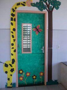 Inspirem-se nessas decorações de portas de salas e faça um retorno às aulas lindo e criativo aos seus alunos.    Se ainda não ... Jungle Theme Classroom, Classroom Door, Classroom Themes, Decoration Creche, Class Decoration, Preschool Door, Preschool Themes, Class Door, Diy And Crafts