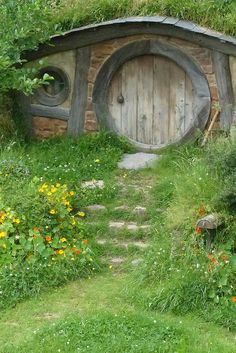 Live in a Hobbit hole Cool Tree Houses, Fairy Houses, Play Houses, Hobbit Door, The Hobbit, Earthship Home, Underground Homes, Gnome House, Earth Homes