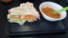 Platillos para niños en etapa escolar (obsérvese a la izquierda) un sándwich y una papilla de zanahoria y papa para lactantes mayores a 7 meses (obsérvese a la derecha).