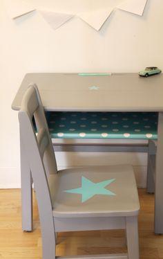 Set of school desk and chair par un lapin dans le tiroir