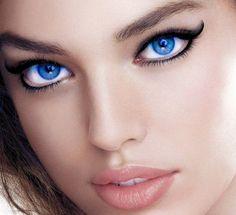 Il trucco con un eyeliner professionale nero e marcato per sottolineare gli occhi celesti. www.profumissimaonline.com