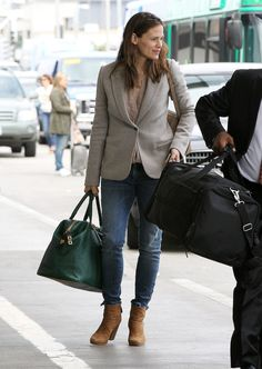 Pin for Later: 91 Style Tips to Steal From the Airport's Best Dressed Celebs Jennifer Garner played it preppy when heading to catch her flight, mixing jeans with a blazer, ankle boots, and weekender bag. Celebrity Airport Style, Celebrity Shoes, Celebrity Travel, Celebrity Dresses, Celebrity Nails, Celebrity Makeup, Jennifer Garner Style, Classy Casual, Casual Elegance