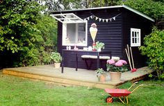 Hjemmebygget legehus/isbod – SILVAN HomeMade A Sommerhus i vifteform Summer Decorating Ideas for a Lovely Porch This Season Small Porch Decorating Ideas Outdoor Areas, Outdoor Structures, Build A Playhouse, She Sheds, Garden Studio, Shed Homes, Home Office Organization, Cubbies, Dream Garden