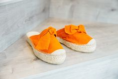 Looking for an effortless elegance? The Sanaa mules are the perfect day-to-day sandals, chic, colourful and very comfortable. Mule Sandals, Mules Shoes, Shoes Sandals, Suede Leather, Soft Leather, Slow Fashion, Jute, Espadrilles, Baby Shoes