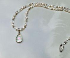 Gota de Orvalho - É um colar de pérolas naturais brancas, cristais e um delicado pingente de murano criado artesanalmente de vidros importados. R$98