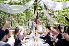 軽井沢に佇むガーデンつきレストランでのウエディングパーティ。仲間とワイワイとのしく、飲んで歌って。。外での食事はなんだか3割り増しでおいしく感じることでしょう。