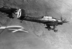 """Los bombarderos Stuka de fabricación alemana, que forma parte de la Legión Cóndor, vuelan por encima de España en 1939, durante la Guerra Civil española. Llevan la """"X"""" en blanco y negro en la cola y las alas, la Cruz de San Andrés, la insignia de la Fuerza Aérea nacional de Franco. La Legión Cóndor estaba compuesta por voluntarios del Ejército y Fuerza Aérea alemana."""