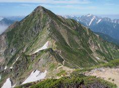 鹿島槍ヶ岳北峰から吊尾根を隔てて南峰を望む。キレット小屋から鹿島槍ヶ岳 北アルプス登山ルートガイド。Japan Alps mountain climbing route guide
