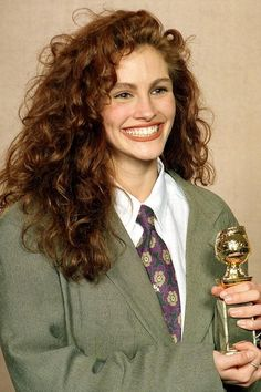 """At the Golden Globes in 1990 """"Pretty Woman"""" was the gift that kept on giving for Roberts; it earned her a Golden Globe for Best Actress in a Musical or Comedy at the Golden Globe Awards in Cabello Julia Roberts, Julia Roberts Hair, Julia Roberts Style, Pretty Woman, Hair Inspo, Hair Inspiration, 1990 Style, Curly Hair Styles, Natural Hair Styles"""