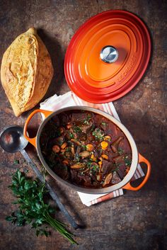 Recipe: Boeuf Bourguignon in the Le Creuset roaster - Knauber Ideen - Rezepte - Beef Stroganoff Beef Bourguignon, Roast Beef Recipes, Healthy Chicken Recipes, Cocotte Staub, Winter Food, Dinner Recipes, Ethnic Recipes, Drinks, Lecreuset