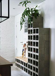 Entrada da casa. Ao lado da porta, a adega torna-se um apoio funcional para objetos (Foto: Victor Affaro / Editora Globo)