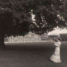 """""""Mi piace"""": 19,4 mila, commenti: 89 - Royal Collection Trust (@royalcollectiontrust) su Instagram: """"This glamorous scene of Queen Elizabeth (later Queen Elizabeth The Queen Mother) in the garden of…"""" Royal Collection Trust, Cecil Beaton, Queen Mother, George Vi, Buckingham Palace, British Royals, Queen Elizabeth, White Dress, Scene"""