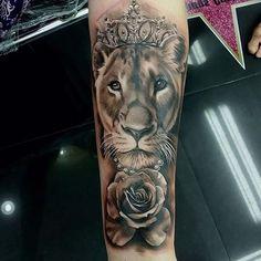 löwin tattoo in schwarz und grau, löwin in kombination mit weißer rose und krone