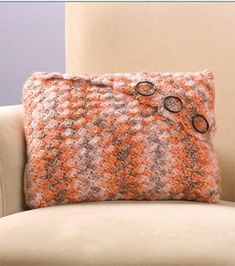 Crochet Patterns Pillow Easy to Crochet Envelope Pillow - Free Crochet Pillow Pattern Crochet Cross, Crochet Home, Crochet Gifts, Crochet Yarn, Free Crochet, Crochet Cushion Cover, Crochet Pillow Pattern, Crochet Cushions, Knitted Pillows