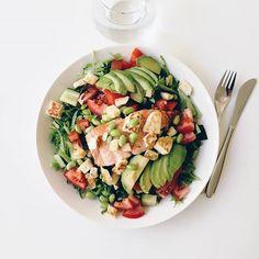 Kisaviikonloppuna tuli vedettyä lihaksiin pastaa leipää banaania ja muuta hyvää polttoainetta joilla jalat rullasi. Tänään teki mieli jotain ihan muuta. Teinpä siis salaatin jossa päällä lohta halloumia sekä soijapapuja. Yksinkertaisen hyvää ja raikasta!  #hillasblog #eatyourgreens #greens #kesä #summer #summerfood #wellbeing #wellness #hyvinvointi #hyväolo #eathealthy #myday #salmon #avocado #soija #veggies #vegetables #kasvis #ruokapöytä #ruokakuva #ruoka #lunch Halloumi, Pasta Salad, Ethnic Recipes, Food, Crab Pasta Salad, Essen, Meals, Yemek, Eten