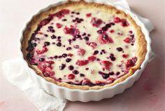 Kuningatartorttu  ✦  Kuningatartorttu kätkee jogurttitäytteen alle mustikoita ja mansikoita. http://www.valio.fi/reseptit/kuningatartorttu/
