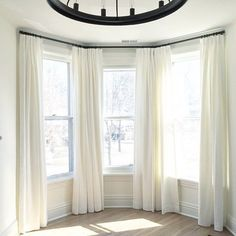 Spectacular Bay Window Ideas to Brighten Up Your Room Bay windows can be a real beast to dress. There& always some kind of solution though.so buck up! We got this bay window peeps! Bay Window Curtains Living Room, Bay Window Decor, Bedroom Windows, Living Room Windows, My Living Room, Curtains For Bay Windows, Living Room With Bay Window, Home Windows, Bay Window Kitchen
