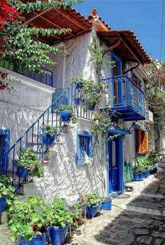 Skiatos, Grecia - Skíathos o Eskíatos es una pequeña isla del Mar Egeo septentrional, perteneciente a Grecia. Situada cerca de Skópelos, Scíathos es la más occidental del grupo de islas Espóradas, enclavada a unos 35 km de la isla de Eubea.