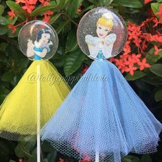 Pirulitos de cristal!!!! Por @lollyepoppiruliteria -  Cinderela e Branca de Neve 💛💙 #temaprincesas #princesasdisney #pirulitodecristal… Chocolate Lollies, Chocolate Covered Treats, Chocolate Bouquet, Christening Cake Girls, Magnum Paleta, Lollipop Recipe, Healthy Candy, Graduation Cupcakes, Isomalt