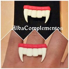 Ya se acerca Halloween! Ya tienes tus accesorios?  Anillo dentadura de drácula #hechoamano en #AlbaComplementos #handmade #handmadejewelry #Anillo #ring #tooth #colmillos #dracula #dentadura #halloween #accesorios