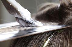 So färbst du deine Haare und musst viel seltener zum Ansatzfärben