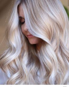 The Latest Collection Of Colors And Styles For Long Wavy Hair - Page 6 of 14 - Vida Joven Summer Blonde Hair, Bright Blonde Hair, Blonde Hair Looks, Cream Blonde Hair, Pearl Blonde, Summer Hair, Human Hair Color, Long Wavy Hair, Short Hair